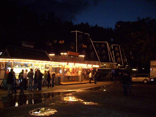 Die Loddenalle am Abend, im Hintergrund das Waldhaus